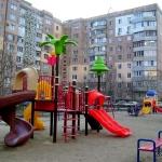 Современную детскую игровую площадку в I микрорайоне закончили устанавливать в преддверии Нового года